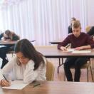 uczniowie rozwiązują test konkursowy